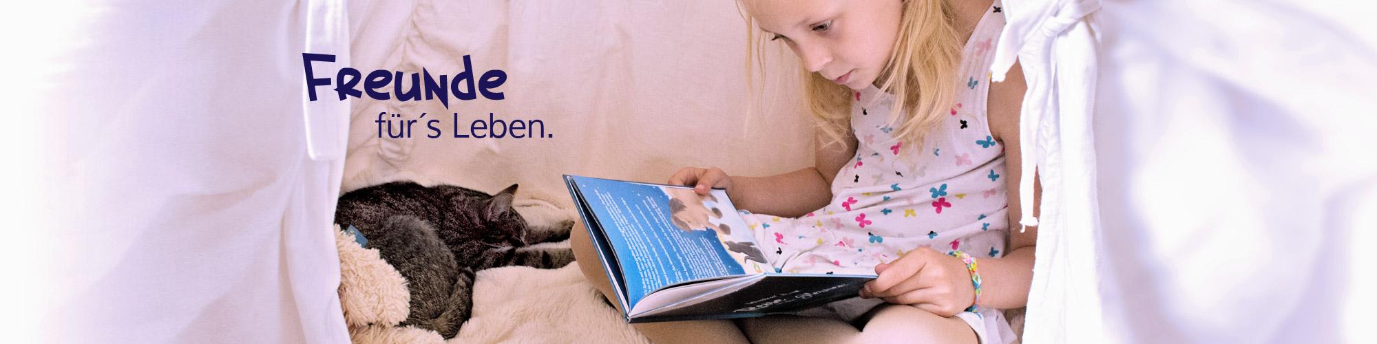 kleines Mädchen ließt das Mein-Sternenbuch